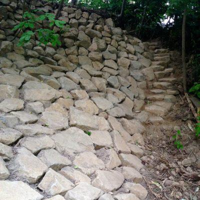 自然石の土留め