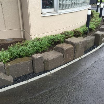 札幌軟石を使った土留め兼花壇の仕切り